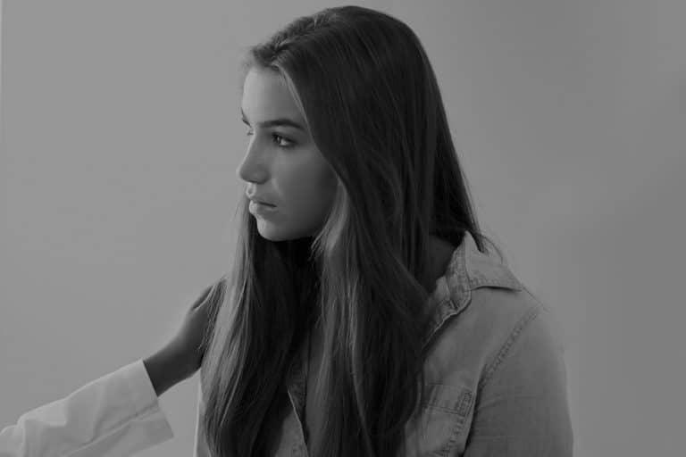 photo jeune fille regard bas dark